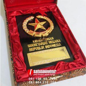 plakat kayu kementerian kesekretariatan negara
