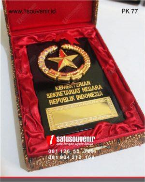 plakat kayu kuningan kementerian kesekretariatan negara