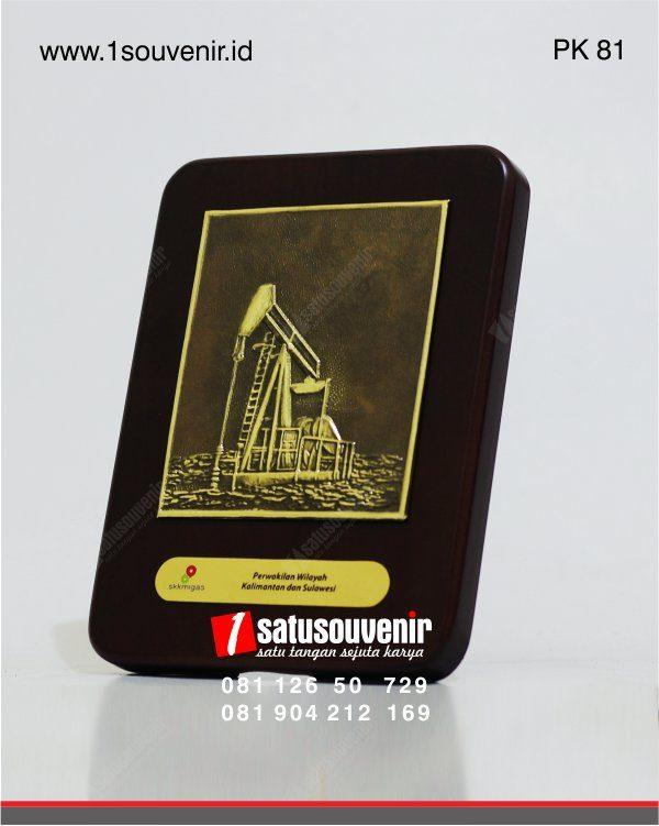 plakat kayu relief pompa angguk jack pump