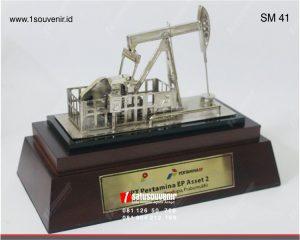 souvenir miniatur pompa angguk