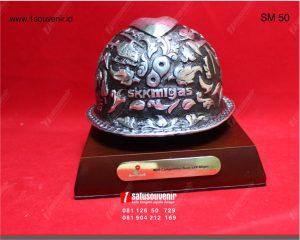 souvenir miniatur helm skk migas