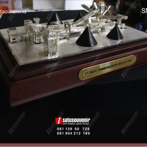 souvenir miniatur coal crusher