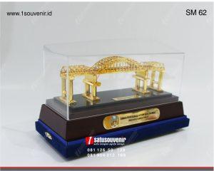 souvenir miniatur jambatan kali mujur