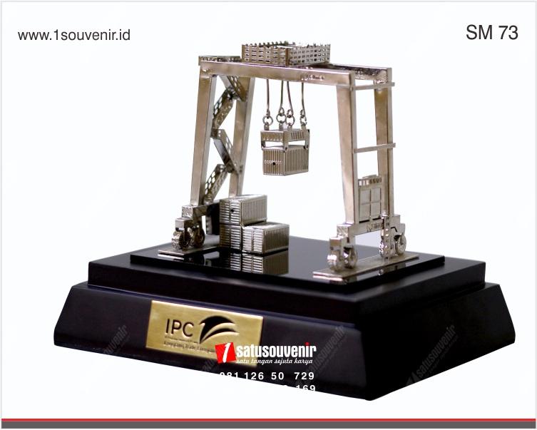 souvenir miniatur crane ipc