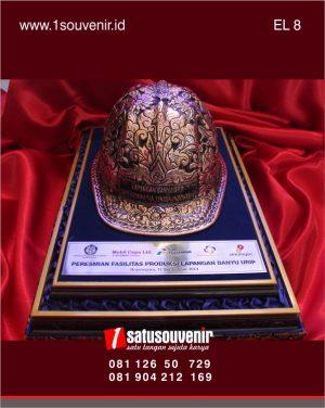 desain plakat kerajinan kuningan helm tambang