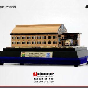 souvenir miniatur bangunan gedung materiil sbst polda metro jaya