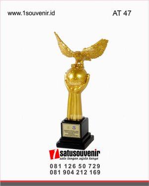 piala penghargaan seminar nasional sains teknologi dan inovasi indonseia