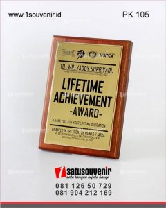 plakat kayu lifetime achievement award ifacta