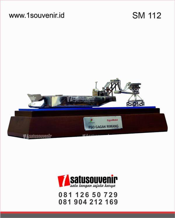 souvenir miniatur kapal tanker FSO gagak rimang skk migas
