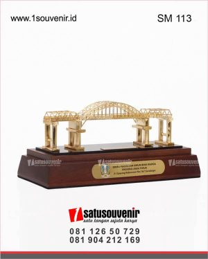 souvenir miniatur jembatan kali mujur provinsi jawa timur