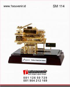 souvenir miniatur rig offshore pertamina oneday a head sero accident