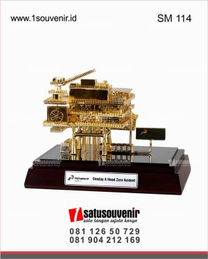 souvenir miniatur rig offshore pertamina oneday a head sero accident