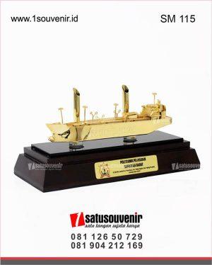 souvenir miniatur kapal laut politeknik pelayaran sumatera barat