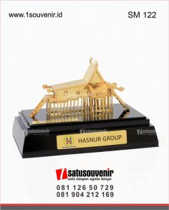souvenir miniatur rumah bubungan tinggi hasnur group