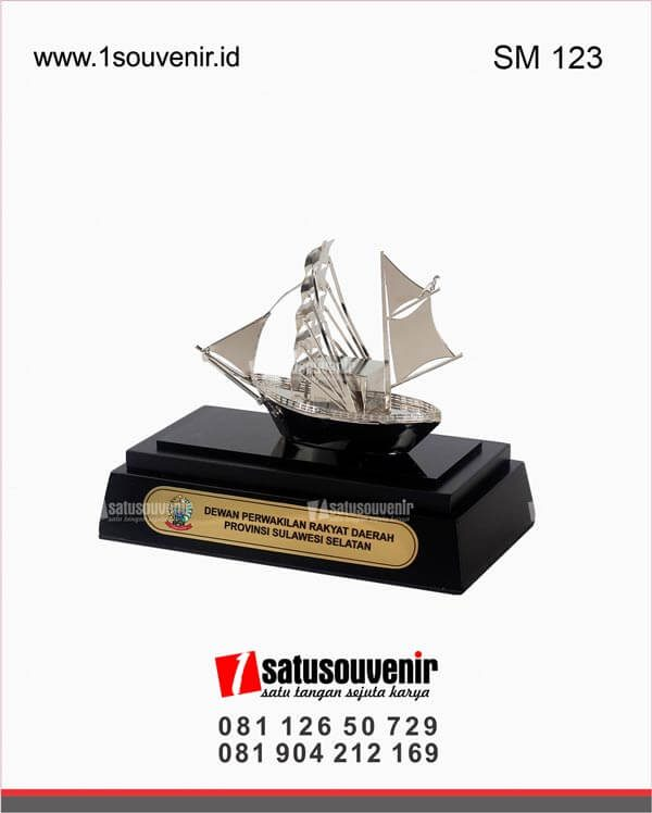 souvenir miniatur kapal layar dewan perwakilan rakyat daerah provinsi sulawesi selatan