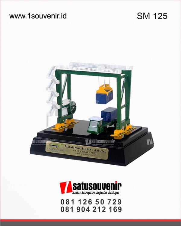 souvenir miniatur crane terminal teluk lamong surabaya