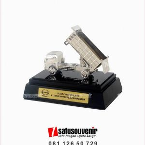 souvenir miniatur truk pe hino motors sales indonesia