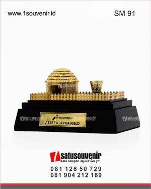 souvenir miniatur pertamina asset 4 papua field rumah adat honai