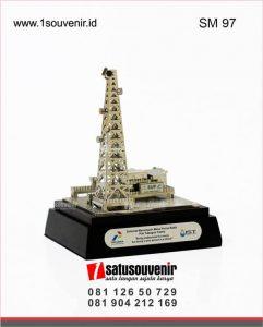 souvenir miniatur rig onshore pt pertamina