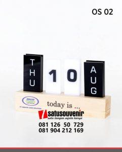 OS02 Office Suplies Kalender Meja Kayu Akrilik souvenir perusahaan