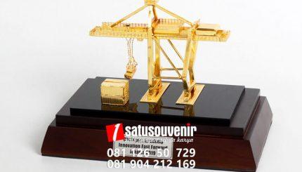 SM142 Souvenir Miniatur Crane Chainport Academy Jakarta