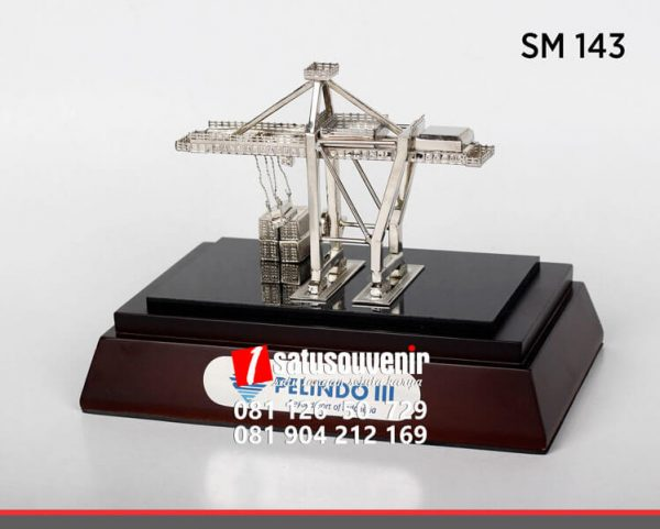 SM143 Souvenir Miniatur Crane Pelindo III Perak