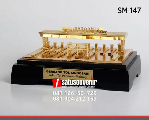 SM147 Souvenir Miniatur Gerbang Tol Singosari